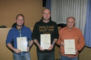 geehrt wurden (v.li.): Frank Wolf (25), Holger Kubczak (40) und Günter Foltan (60)  Foto: Hohaus